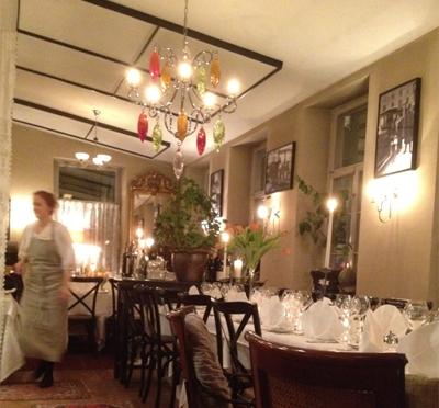 Den lilla matsalen dukad för middag.
